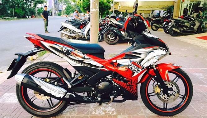 Chiếc Exciter 150 này của một biker tại Sài Gòn. Anh cũng là chủ của chiếc CBR1000RR theo phong cách chim ưng tương tự.