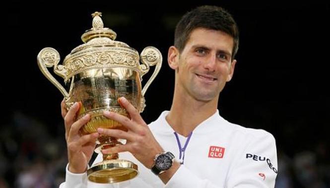 Djokovic và chiếc cúp Wimbledon thứ 3 trong sự nghiệp. Ảnh: Guardian.