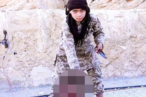Hình ảnh phiến quân nhí chặt đầu tù nhân do IS công bố. Ảnh: Mirror.