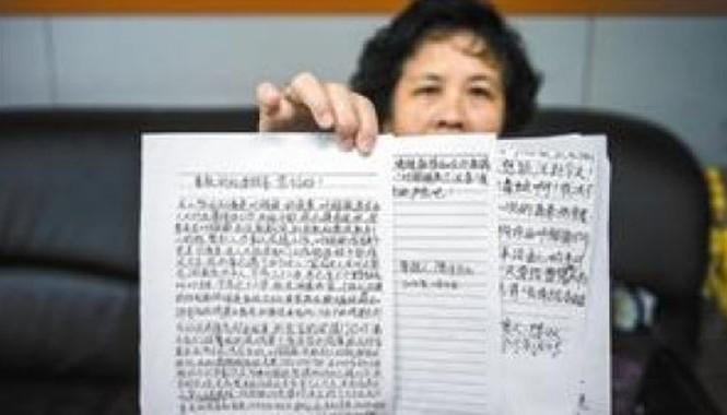 Bà Chen, vợ cũ một quan chức Trung Quốc trưng bằng chứng tố chồng ngoại tình, nuôi cùng lúc nhiều bồ nhí và nhận hối lộ.