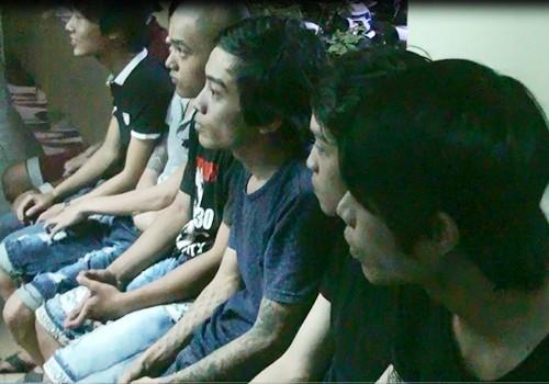 Nhóm thanh niên vừa bị bắt giữ. Ảnh: Ngọc Trường/vnExpress