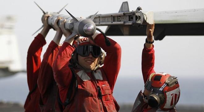 Binh sĩ Mỹ chất tên lửa lên máy bay chuẩn bị cho một đợt không kích.