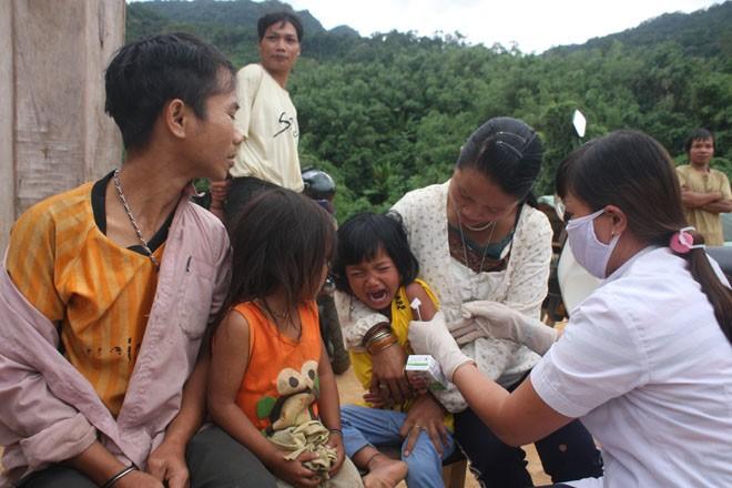 Tiêm vắc xin cho trẻ em vùng ổ dịch.