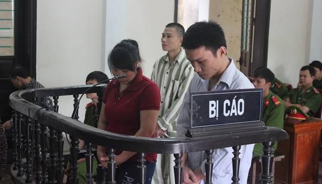 Lương Thị Mằn và Vi Văn Bún trước vành móng ngựa.