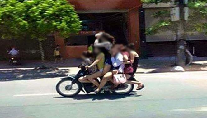 Khi có khách gọi thì bảo kê dùng xe máy chở các cô gái đến địa điểm.