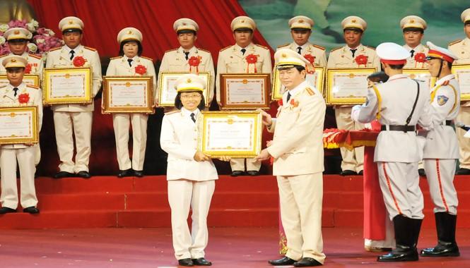 Thiếu tá Nguyễn Thị Thùy Dương nhận Bằng khen của Bộ trưởng Bộ Công an. Ảnh: Tuấn Nguyễn.