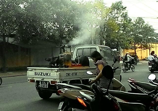 Phun thuốc diệt muỗi trên đường thuộc phường Vĩnh Nguyên vào sáng 20/10.