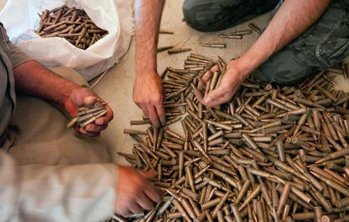 Phiến quân IS luôn có nguồn cung đạn dược không bao giờ cạn từ các lái súng ở Syria. Ảnh: DefenseNews.