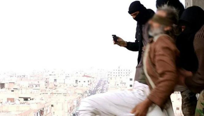 IS hành quyết người bị nghi là đồng tính bằng cách thả từ trên cao xuống. Ảnh: Mirror.