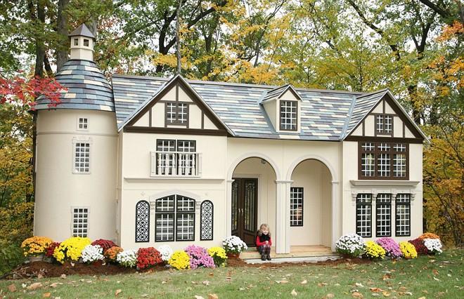 Vợ chồng anh Stephen Chernicky (Pennsylvania, Mỹ) quyết định tự sản xuất nhà mini cho trẻ sau khi tìm mãi không được một ngôi nhà đồ chơi thích hợp cho con gái.