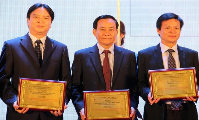 Đại diện Bảo tàng Dân tộc học Việt Nam (ngoài cùng bên trái) nhận giải thưởng Bảo tàng được yêu thích nhất 2015.