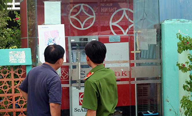 Cảnh sát khám nghiệm hiện trường máy ATM bị trộm. Ảnh: Hồ Nam.