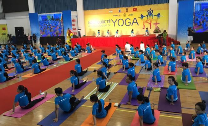 Hơn 500 người đồng diễn yoga tại Sân vận động trong nhà Hồ Xuân Hương, số 2 phố Hồ Xuân Hương, Quận 3, Thành phố Hồ Chí Minh.