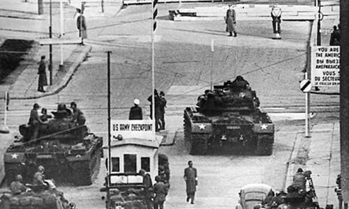Trạm kiểm soát Charlie, Berlin, tháng 10/1961. Ảnh: AP.
