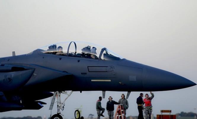 Một máy bay chiến đấu F-15E Mỹ chuẩn bị rời căn cứ Lakenheath của Không quân Hoàng gia Anh để tới căn cứ Incirlik, Thổ Nhĩ Kỳ, hồi năm ngoái. Ảnh: US Air Force.