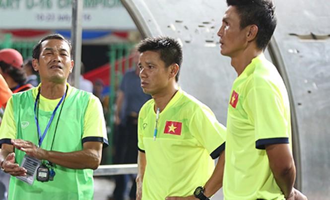 HLV Đinh Thế Nam (trái) tiếc nuối khi U16 Việt Nam đã dẫn 3-1 nhưng lại để thua trong trận chung kết. Ảnh: Đức Đồng.