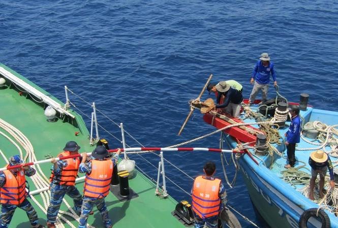 Cứu thành công tàu cá cùng 10 ngư dân gặp nạn trên biển