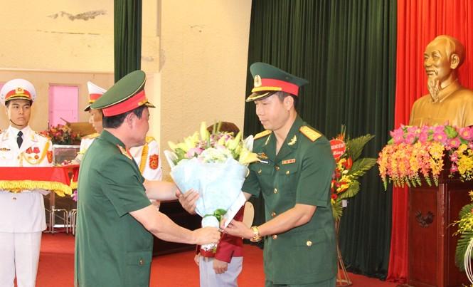 Trung tướng Trần Đơn, Thứ trưởng Bộ Quốc phòng trao tiền thưởng của Bộ Quốc phòng cho xạ thủ Hoàng Xuân Vinh, sáng 30/8. Ảnh: Nguyễn Minh.