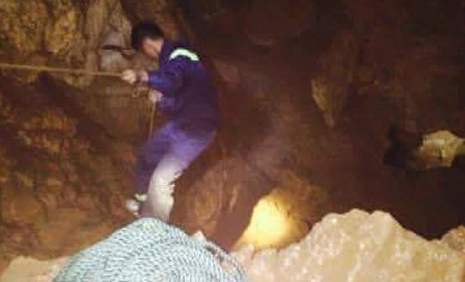 Lực lượng chức năng đang nỗ lực tìm kiếm người bị rơi xuống hang đá tự nhiên.
