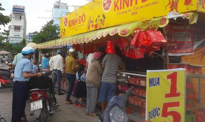 Ngày cuối Trung thu, nhiều người dân TP.HCM đổ xô mua bánh khuyến mại mua 1 được 5. Ảnh: Phạm Oanh.