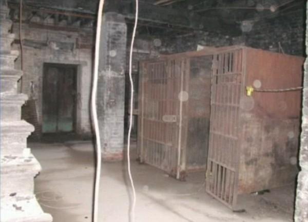 Buồng giam nơi phát hiện bộ hài cốt bí ẩn, nhiều khả năng thuộc về một người vô gia cư, người đã vô tình tự giam chính mình và tử vong do không thể thoát ra ngoài.