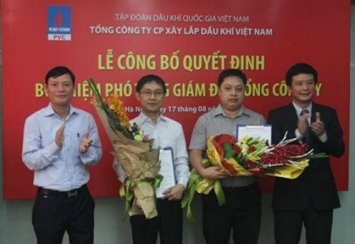Ông Nguyễn Mạnh Tiến và Trần Minh Tuấn (hai người đứng giữa) trong ngày nhận quyết định chức Phó tổng giám đốc PVC giữa tháng 8/2015.