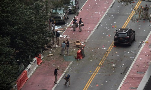 FBI và cảnh sát New York điều tra hiện trường vụ nổ. Ảnh: New York Daily News.