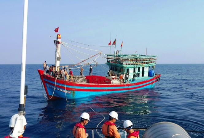Tàu cá NA 90000 TS bị nạn trên biển.