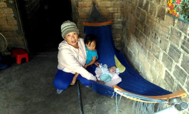 Bà Tuyết và đứa con mới sinh được 1 tháng.