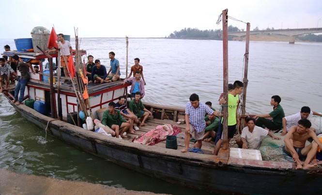 Tàu cá của ngư dân Lê Văn Hiếu ở thị trấn Cửa Tùng đã cứu những người bị nạn trên tàu chở hàng Cửa Tùng 01.