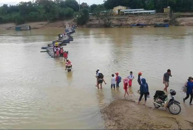 Gần 100 học sinh thuộc trường mầm non Phương Mỹ và tiểu học Phương Mỹ (huyện Hương Khê) vẫn phải chịu cảnh lội nước tới trường.