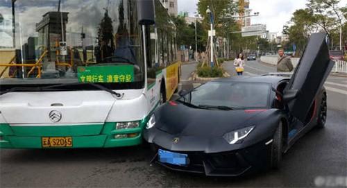 Va chạm hy hữu xảy ra vào cuối tháng 10 giữa siêu xe có giá khoảng một triệu USD tại Trung Quốc và một xe buýt.