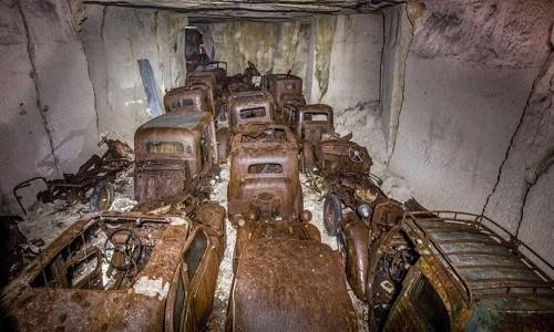 Hàng chục chiếc xe nằm ngay ngắn trong mỏ đá ở Pháp. Ảnh: Caters.