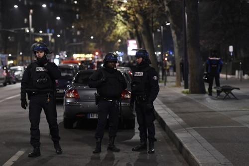 Cảnh sát Paris bên trong vành đai an ninh quanh nơi xảy ra vụ cướp có vũ trang, bắt cóc con tin ngày 2/12. Ảnh: AFP.