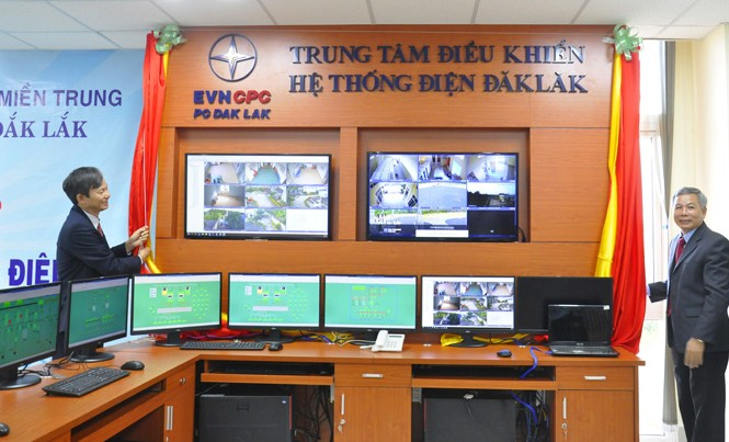 Ông Trần Đình Nhân (trái) TGĐ TCT Điện lực Miền Trung và ông Nguyễn Văn Thân GĐ Cty Điện lực Đắk Lắk kéo băng khánh thành Trung tâm điều khiển điện từ xa.