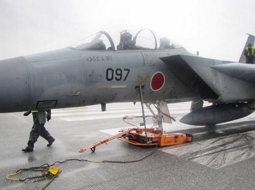 Chiếc F-15 gặp sự cố rụng bánh tại sân bay Naha. Ảnh: Japan Times.