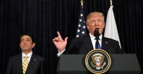 Tổng thống Trump và Thủ tướng Abe họp báo chung tối 11/2 tại Florida, Mỹ. Ảnh: Reuters.
