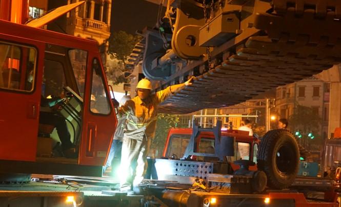 Cần cẩu 250 tấn được lắp đặt để vận chuyển đoàn tàu lên đường ray. Ảnh: Sỹ Lực.