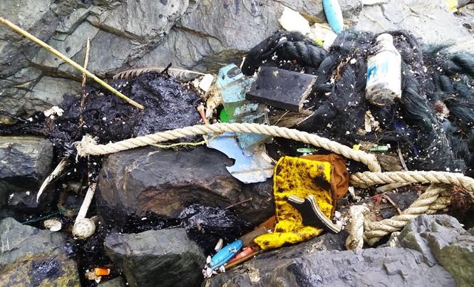 Dầu vón cục và rác bất thường tấp vào bờ biển huyện Núi Thành, Quảng Nam.