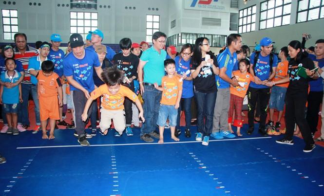 Bạn nhỏ tự kỷ và phụ huynh sôi nổi trong ngày hội thể thao thân thiện
