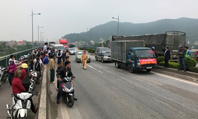 Người dân tập trung yêu cầu giảm phí tại cầu Bến thuỷ I. Ảnh: Cảnh Huệ.