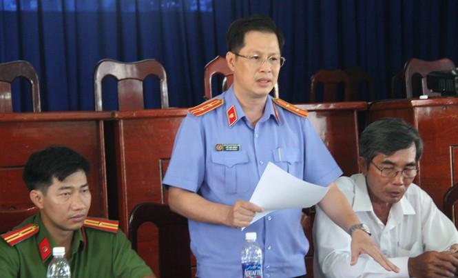 Đại diện 3 cơ quan tố tụng huyện Bình Chánh xin lỗi. ảnh: Tân Châu.