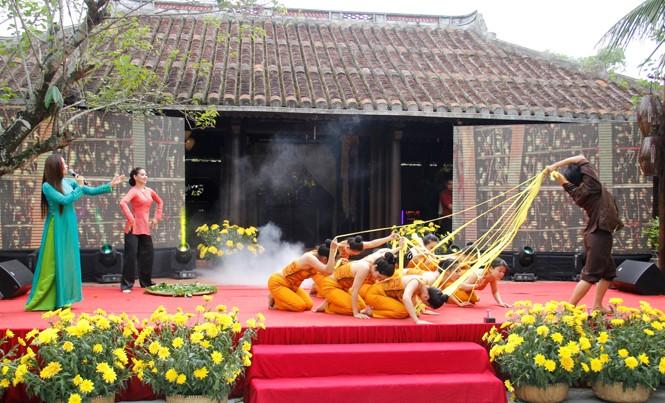 Tái hiện quá trình ươm tơ dệt lụa truyền thống trước đại biểu các nước và du khách. Ảnh: Thanh Trần.