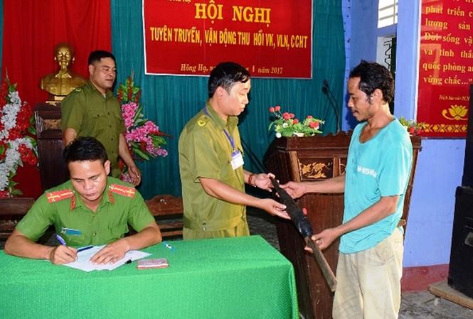 Người dân tại miền núi Hồng Hạ, TT-Huế, tự nguyện giao nộp súng săn cho lực lượng chức năng.