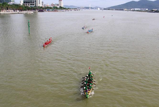 Đến Đà Nẵng dịp Quốc khánh 2/9, du khách có cơ hội xem đua thuyền trên sông Hàn. Ảnh: Thanh Trần.