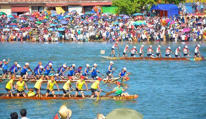 Lễ hội đua thuyền truyền thống vào Tết Độc lập luôn được đông đảo người dân hào hứng tham gia, cổ vũ.