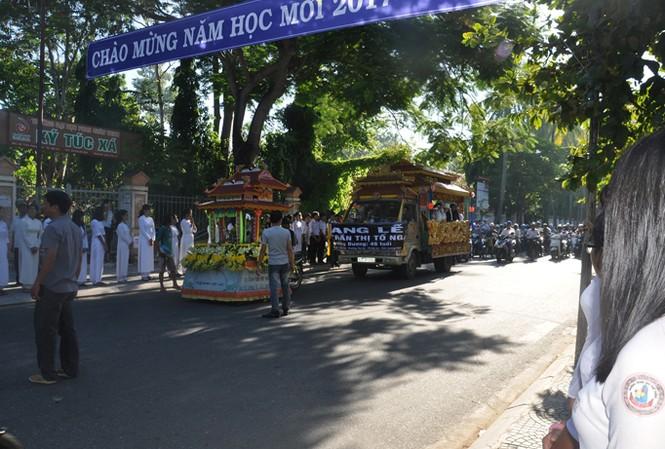 Nhiều người xúc động khi chiếc xe chở linh cửu cô Nga dừng trước cổng trưởng THPT Trần Quý Cáp – nơi cô gắn bó hơn 10 năm.