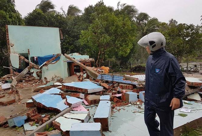Ngôi nhà anh Bùi Văn Nhân bị sập hoàn toàn, ba bố con anh bị thương cấp cứu tại bệnh viện.