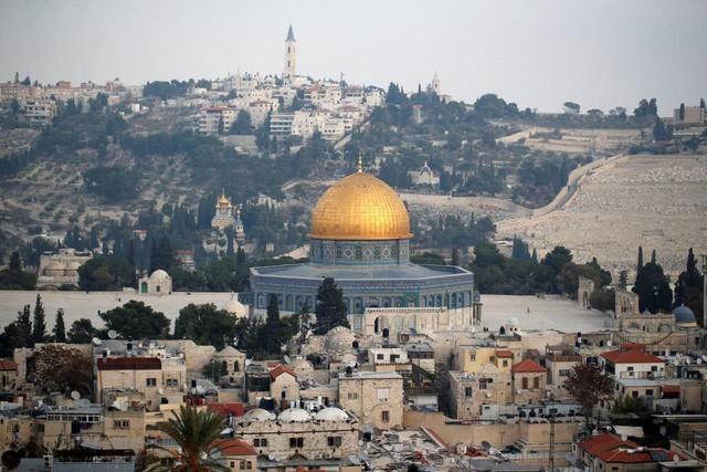 Tổng thống Mỹ Donald Trump thông báo ý định chuyển đại sứ quán Mỹ từ Tel Aviv đến Jerusalem. Ảnh: Reuters.
