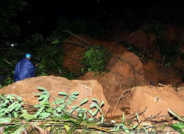 Hàng ngàn m3 đất đá đổ xuống quốc lộ 4D